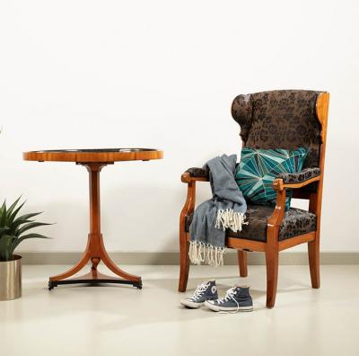 Tischchen mit Bild in Stobwasser-Lackmaltechnik, Motiv nach Angellika Kaufmann
