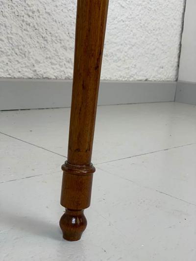 Beistelltisch, Nussbaum, um 1800 hergestellt