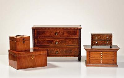 Miatur Münzkommode, gefertigt um 1800, im Bild rechts unten