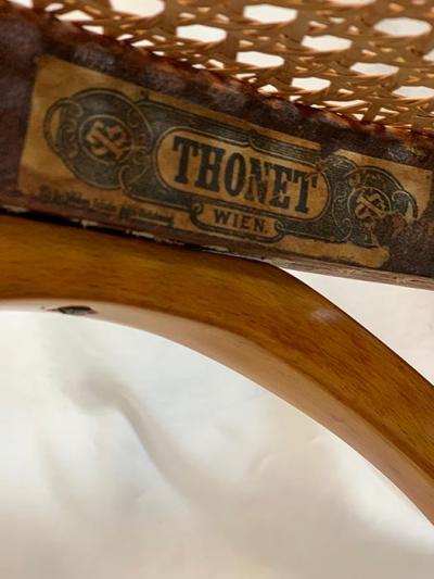 bestehend aus: 1 kl. Sofa, 2 Armlehnsessel, 2 Stühle und 1 Beistelltisch Bugholz Thonet Wien um 1910