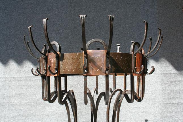 antike, monumentale Eisen-Garderobe, mit Kupferblech beschlagen