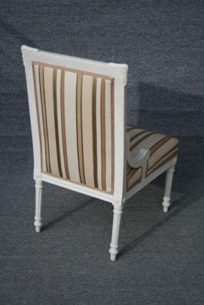 Dieses Paar große Stühle aus der Zeit um das Jahr 1800 wurde in Deutschland gefertigt. Die Stühle sind aus Eiche und wurden weiß lackiert.