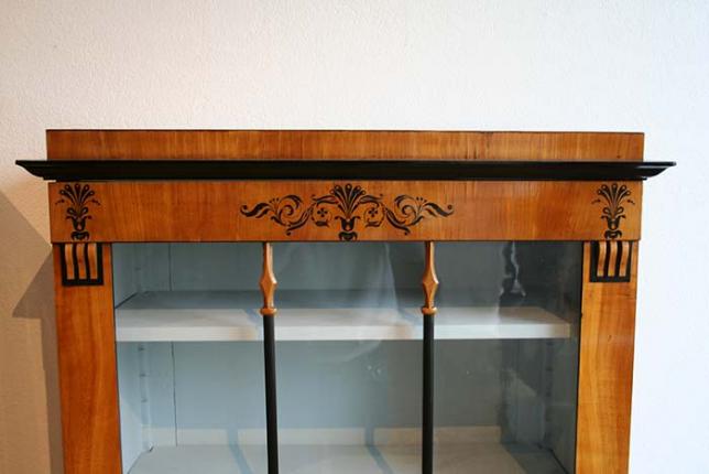 seltenes Paar Vitrinenschränke, Biedermeier, mit Schwarzlotmalerei