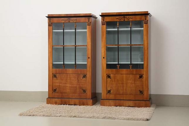 seltenes Paar Vitrinenschränke, Biedermeier, um 1820 gefertigt