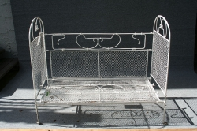 restauriertes Eisenbett, um 1910 hergestellt