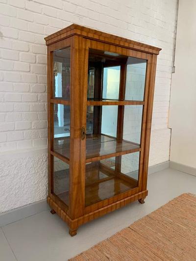 originale Biedermeiervitrine, originale seitliche Verglasung und Rückwandspiegel